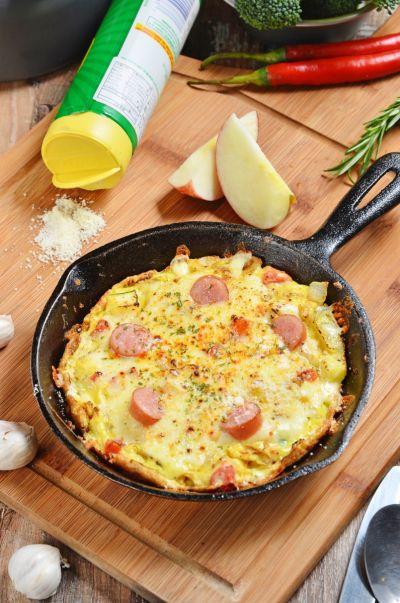 西班牙烘蛋結合孩子喜歡的雞蛋與熱狗,會吸引大家搶著吃呢!(photo via xin media)